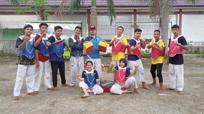 Tim taekwondo Kabupaten Balangan di sela latih untuk mengikuti Pekan Olahraga Pelajar Daerah Provinsi Kalimantan Selatan (Popda Kalsel) 2021.