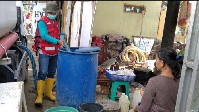 Sumur Masih Tertutup Lumpur, Warga Desa Alat HST Terbantu Tim WASH PMI Pasok Air Tiap Hari