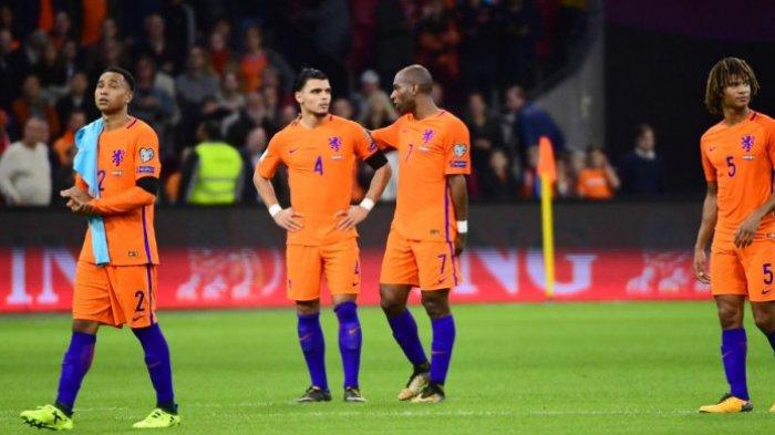Para pemain timnas <a href='https://manado.tribunnews.com/tag/belanda' title='Belanda'>Belanda</a> bereaksi pada akhir laga Kualifikasi Piala Dunia 2018 Grup A kontra Swedia di Amsterdam Arena, 10 Oktober 2017.EMMANUEL DUNAND/AFP