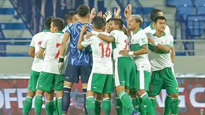 Para pemain Timnas Indonesia sebelum kick off pertandingan melawan Vietnam di kualifikasi Piala Dunia 2022 Senin (7/6)