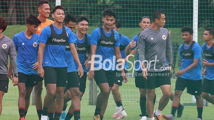 Timnas U-22 Indonesia yang dilatih Shin Tae-yong sedang berlatih di Lapangan D, Senayan, Jakarta, 11 Februari 2021
