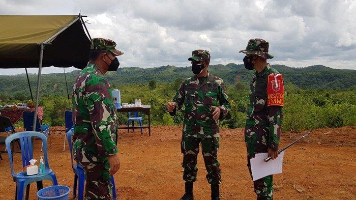 Irdam VI/Mulawarman Brigjen TNI Urip Wahyudi berbincang dengan Danrem 101/Ant Brigjen TNI Firmansyah, dan Dandim 1009/Tla di KM 4 jalan tembus Tala-Banjar di Dusun Riam Pinang, Rabu (7/7) siang.