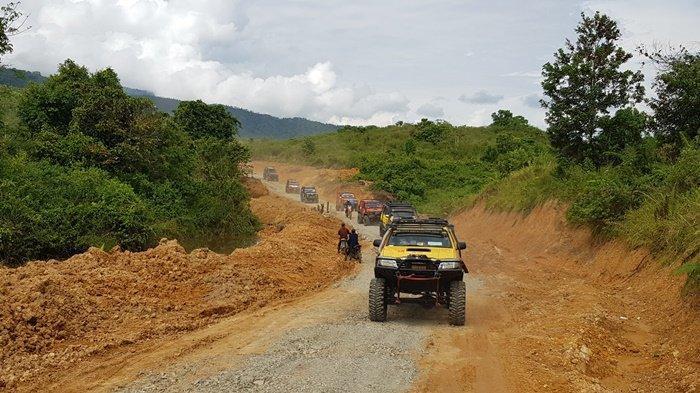 Rombongan Irdam VI/Mulawarman lancar melenggang menapaki jalan tembus Tala-Banjar di Dusun Riam Pinang, Rabu (7/7) siang