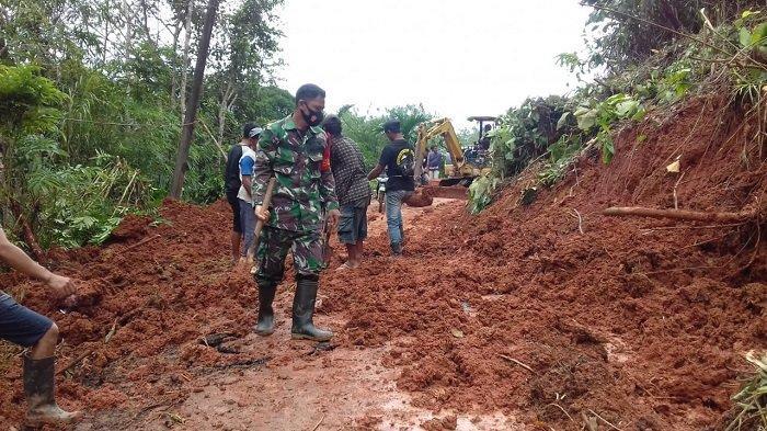 Bantu Penangan Banjir di HST, TNI Buka Akses Jalan Akibat Longsor Hingga Dirikan Posko Kesehatan