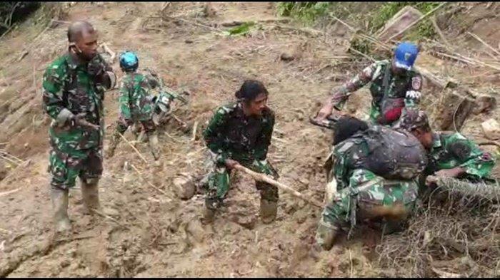Personel TNI menembus medan sangat sulit, demi memberi bantuan pangan dan layanan kesehatan untuk masyarakat terdampak banjir di pedalaman Kabupaten Hulu Sungai Tengah (HST), Provinsi Kalimantan Selatan.