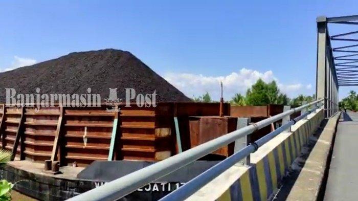 Hanyut, Tongkang Bermuatan Batu Bara Tabrak Jembatan di Tabunganen Kabupaten Batola
