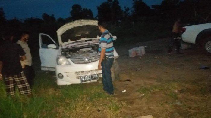 Toyota Avanza warna putih dengan no.pol DA 1847 TPA tiba tiba terbakar, di  jalan H.Mistar Cokrokusumo Kelurahan Cempaka Kecamatan Cempaka Kota Banjarbaru, Senin (5/4/2021) sore.