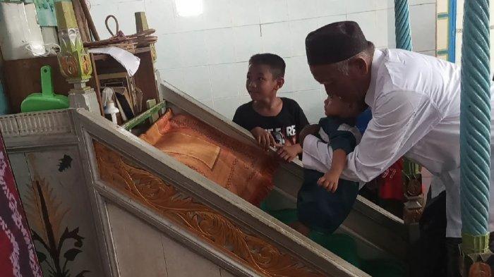Tradisi Batumbang yang dilakukan di Masjid Darul Ubudiyah kecamatan Pandawan tepat pada hari raya Idul Fitri 1442 H, Kamis (13/5/2021).