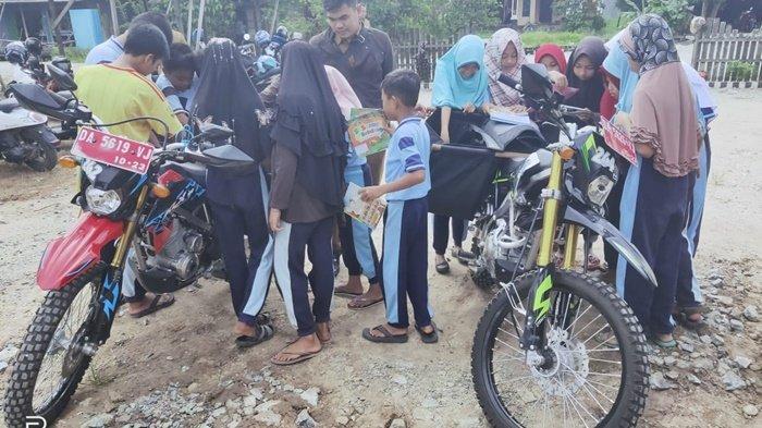 Trail Pustaka Palnam Langsung Disambut Antusias Siswa SD Makmur dan Kayubawang Kabupaten Banjar