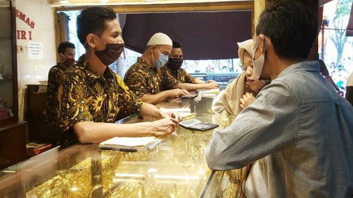 Harga Emas Melambung, Azizah Pilih Jual Perhiasan Emas di Pasar Sentra Antasari Banjarmasin