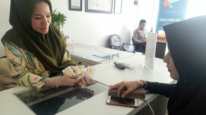 Transaksi pembelian emas Antam di Butik Emas LM Banjarmasin.