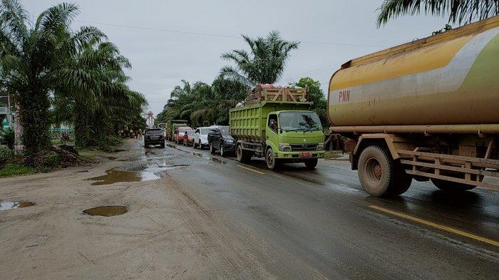 Melintasi Jalan dalam Kota Sampit, Setiap Hari Ratusan Truk CPO di Kotim Beroperasi