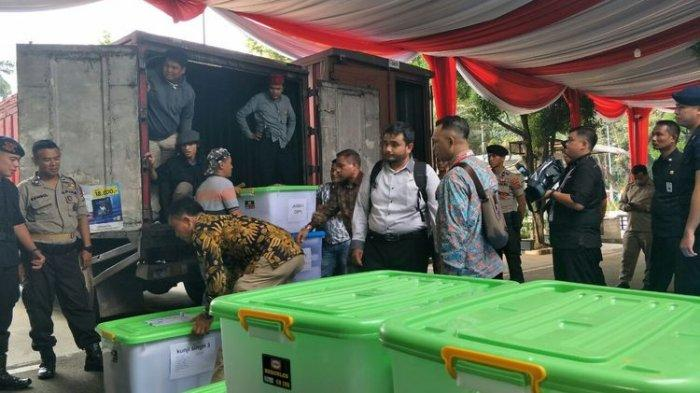 Tiga Truk Barang Bukti Dibawa Tim Prabowo-Sandi ke MK, Masih Ada 1 Truk Belum Datang