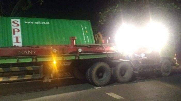 Truk Kontainer Tabrak Pohon dan Masuk Got di Panggung Kabupaten Tanahlaut