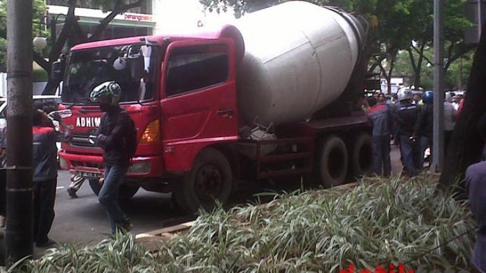 Truk Pengangkut Semen Molen Berceceran di Jalan Kota Banjarmasin