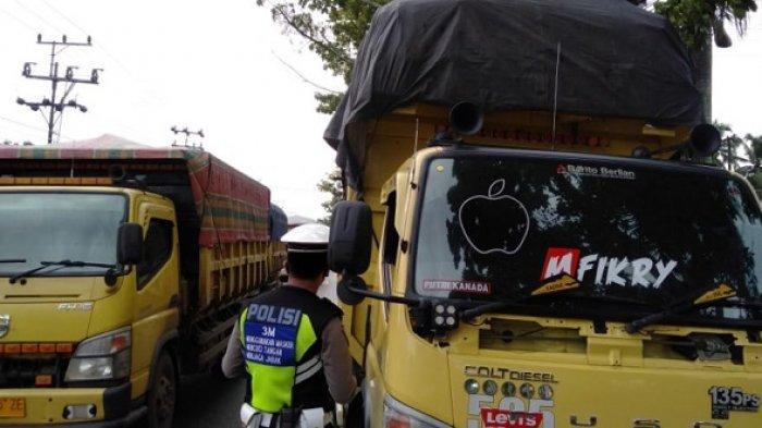 Masuk Jalan Umum, Truk Angkutan Sawit di Tapin di Tilang Polisi