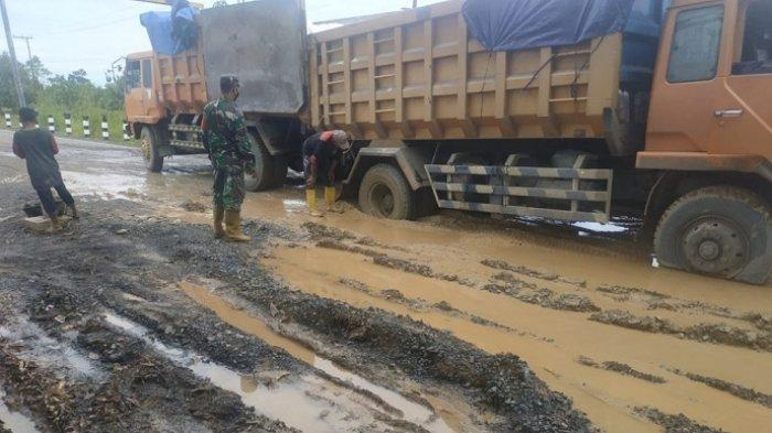 Jalan Margasari-Marabahan Rusak Parah,Truk Tepung Terigu Terjebak Kubangan Lumpur