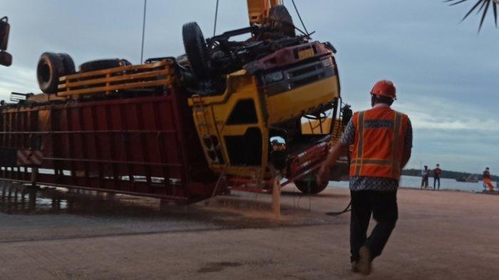9 Jam Proses Evakuasi, Truk Tercebur di Pelabuhan Trisakti Banjarmasin Terangkat