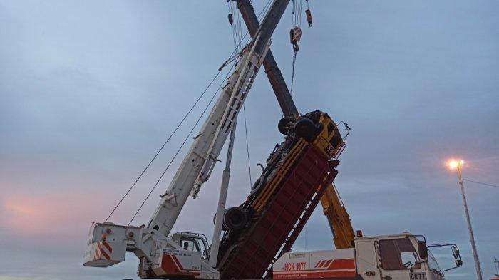 Truk berhasil dievakuasi dengan mengerahkan dua unit crane dibantu relawan dari water rescue Banjarmasin, Minggu (12/9/2021)