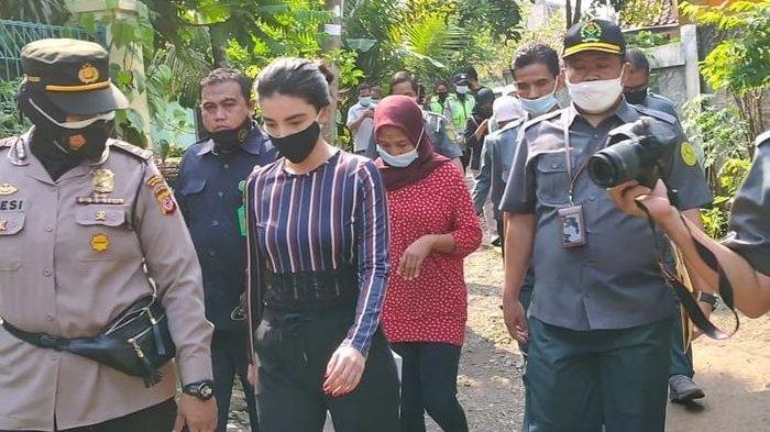 Tsania Marwa bersama Pengadilan Agama Cibinong dan kepolisian datangi kediaman Atalarik Syach di kawasan Cibinong, Jawa Barat, Kamis (29/4/2021).