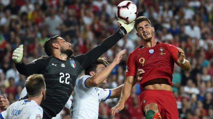 Aksi striker timnas Portugal, Andre Silva (kanan), saat berduel dengan kiper timnas Italia, Gianluigi Donnarumma, dalam pertandingan UEFA Nations Leaguedi Estadio da Luz, Lisabon, Portugal, pada Senin (10/9/2018).