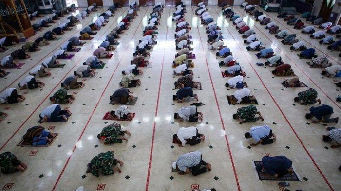 Umat Islam melaksanakan shalat Jumat berjamaah dengan menerapkan jaga jarak di Masjid Pusdai, Bandung, Jawa Barat, Jumat (5/6/2020). Masjid Pusdai mulai menggelar pelaksanaan ibadah shalat jumat berjamaah dengan menerapkan protokol kesehatan secara ketat menjelang penerapan tatanan hidup normal baru di tengah pandemi COVID-19.