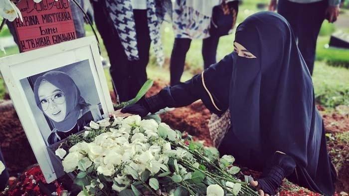 Tangis Umi Pipik di Kuburan Rina Gunawan, Ibu Abidzar: Teteh Punya Utang Sama Uje