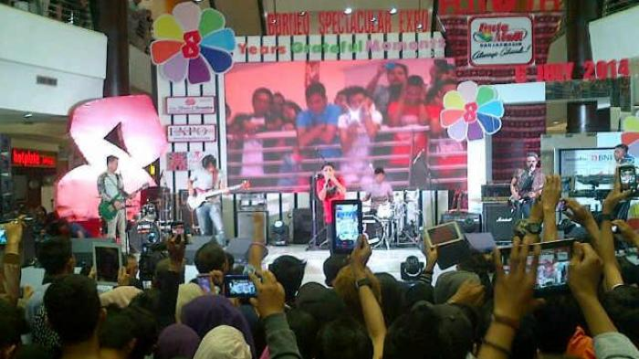 Penampilan band Ungu di Duta Mall, Banjarmasin, Minggu (6/7/2014)