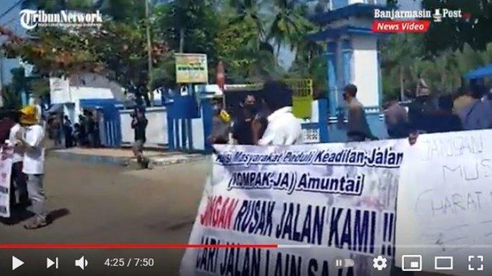 Aksi unjuk rasa terkait jalan rusak akibat dilintasi kendaraan bertonase besar di Kota Amuntai, Kabupaten Hulu Sungai Utara (HSU), Kalimantan Selatan, Senin (5/7/2021).