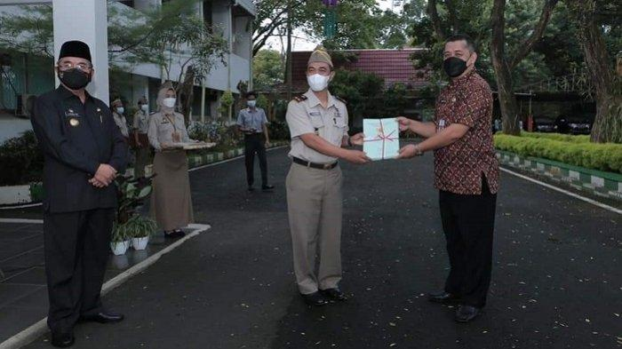 Peringatan ke-61 Hari UU Pokok Agraria, Bupati Achmad Fikry Serahkan Sertifikat Aset Pemkab HSS