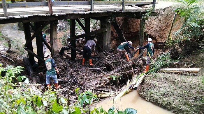 Oprit Ambles, UPBS Haruai Bersihkan Sampah Bawah JembatanPenghubung Desa Halong-Hayup Tabalong