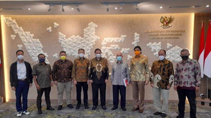 Pengurus Besar Wushu Indonesia (PB WI) dan Pengurus Pusat Kick Boxing Indonesia (PP KBI) usai beraudiensi dengan Airlangga Hartarto yang juga Ketua Umum PB WI dan Dewan Pembina PP KBI, di Kantor Kemenko Perekonomian.