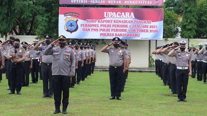 Upacara kenaikan pangkat personel Polri Periode 1 Januari 2021 dan PNS Polri periode 1 Oktober 2020 di Banjarbaru, Kalimantan Selatan, Kamis (31/12/2020).
