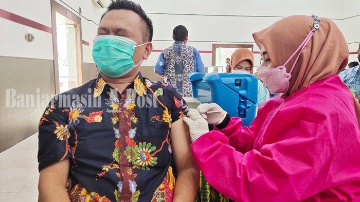 Vaksinasi Covid-19, Petugas Puskesmas Alalak Selatan Banjarmasin Datangi FKIP ULM