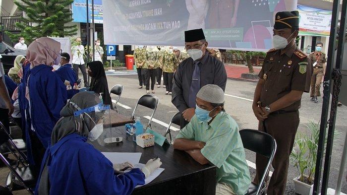 Bupati Hulu Sungai Selatan (HSS) Achmad Fikry, meninjau langsung pelaksanaan Vaksinasi Covid-19 yang di gelar Kejari HSS, Rabu (14/7/2021).