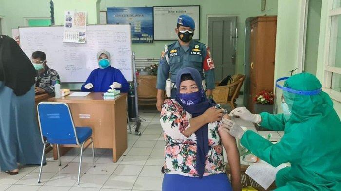 Manfaatkan Hari Libur, Warga Ikut Vaksinasi Covid-19 di Balai Pengobatan TNI AL Lanal Banjarmasin
