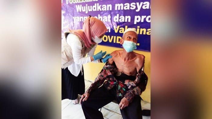 Vaksinasi Covid-19 di HST, Lansia dan Aparat Desa Lok Buntar Disuntik Vaksin Perdana