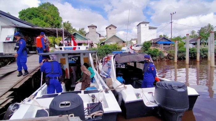 Polairud Gelar Vaksinasi Warga Pesisir Sungai Mentaya di Atas Kapal Patroli