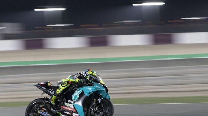 Valentino Rossi mengendarai motornya di Sirkuit Losail jelang MotoGP Qatar 2021