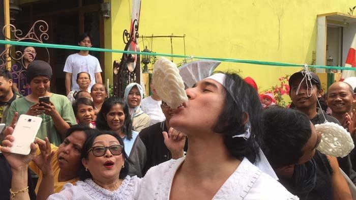 Pendekar Wiro Sableng 212 Dikalahkan Emak-emak Saat Perjuangan Makan Kerupuk