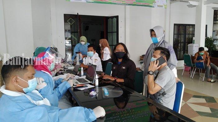 Wabah Corona Kalsel, Sejumlah nakes melayani warga yang registrasi untuk menjalani vaksiansi Covid- 19, di Aula Selidah Marabahan