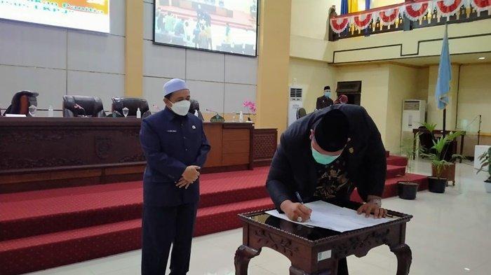 Wakil H Said Idrus Alhabsyi menyaksikan penandatanganan dokumen rapat paripurna DPRD Kabupaten Banjar, Kota Martapura, Kalimantan Selatan, Kamis (15/4/2021).