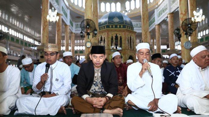 Sebelum Salat Ied di Masjid Jami Ibrahim Daha Utara, Wabup HSS Serahkan Sapi Kurban