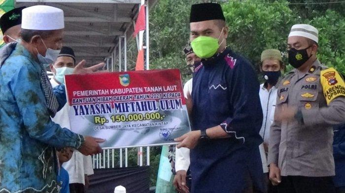 Wabup Tanahlaut, Abdi Rahman menyerahkan bantuan hibah daerah ke Yayasan Miftahul Ulum Desa Sumber Jaya Kecamatan Kintap sebesar Rp 150 juta, Minggu (2/5/2021).