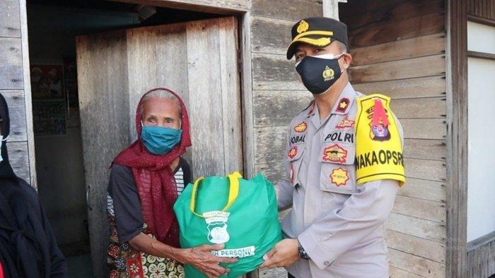 Polres Kapuas Serahkan Paket Sembako kepada Warga Kurang Mampu di Pulau Telo