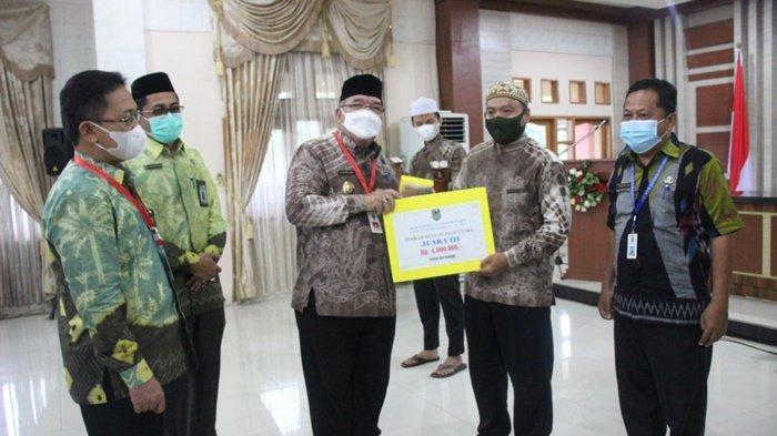 Wakil Bupati HSU Husari Abdi Serahkan Bonus untuk Pemenang MTQ
