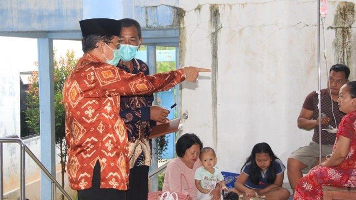 Wakil Bupati Mansyah Sabri berbincang dengan pasien yang menjalani rawat inap di Puskesmas Hantakan, Kecamatan Hantakan, Kabupaten Hulu Sungai Tengah (HST), Provinsi Kalimantan Selatan, Kamis (5/8/2021).