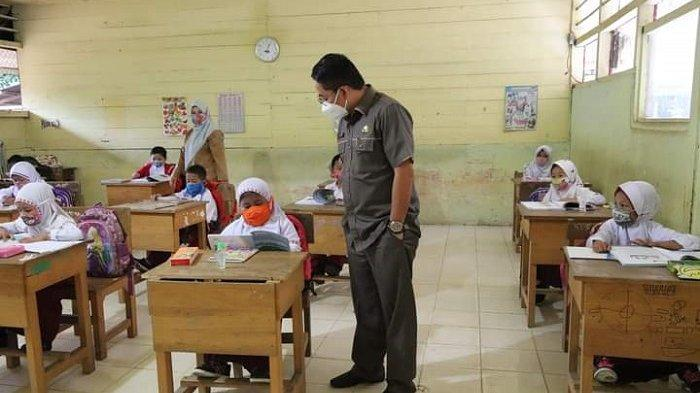 Wakil Bupati HSS Syamsuri Arsyad mengajak salah satu siswa berbincang siswa SDN di Kecamatan SUngai Raya, Selasa (5/1/2021).