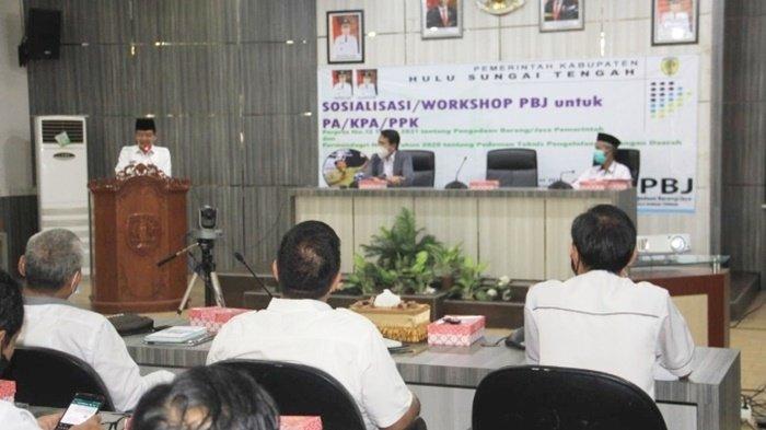 Wakil Bupati H Mansyah Sabri, memberi arahan kepada peserta Sosialisasi Workshop Pengadaan Barang dan Jasa (PJA) di di Auditorium Kantor Bupati, Kota Barabai, Kabupaten Hulu Sungai Tengah (HST), Kalimantan Selatan, Rabu (24/3/2021).