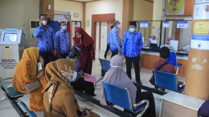 Wakil Bupati, H Mansyah Sabri, saat inspeksi dan silaturahmi ke Kantor Penanaman Modal PTSP di Kota Barabai, Kabupaten Hulu Sungai Tengah, Kalimantan Selatan, Senin (17/5/2021).